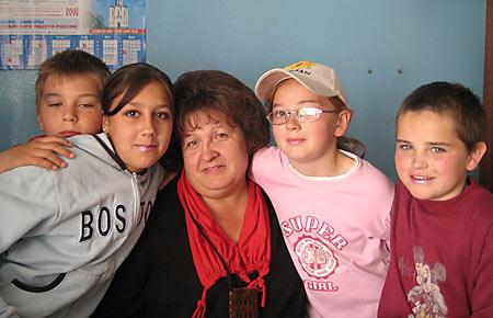 Г.М.Анисимова в окружении детей